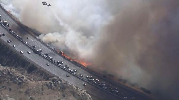 Incendio de California amenaza una carretera en en Simi Valley.
