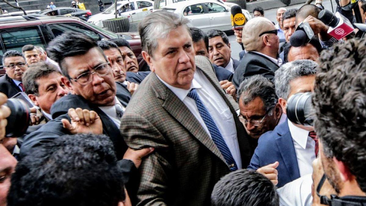 Alan García declaró brevemente tras salir de la Fiscalía.