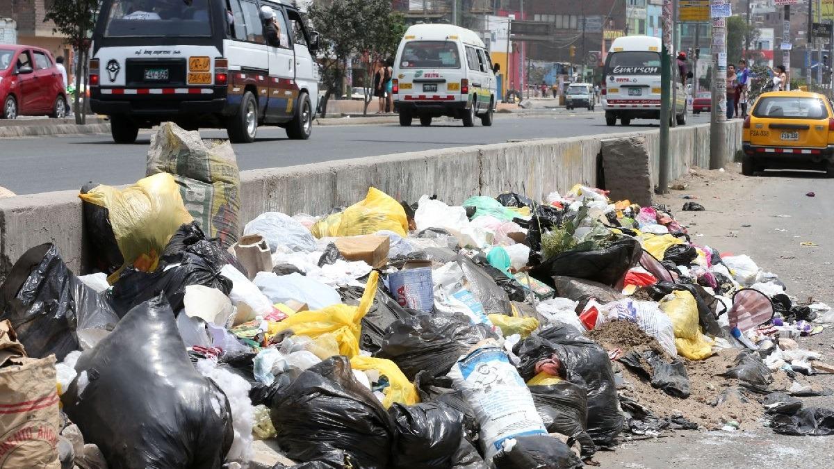 Gran cantidad de basura se acumula en la vía pública.