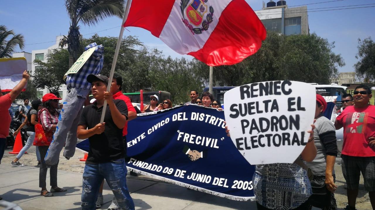 Protestantes aseguran que Reniec es cómplice de un presunto fraude electoral.