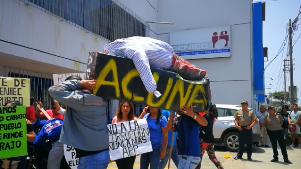 Manifestantes pasearon un ataúd con el apellido Acuña.