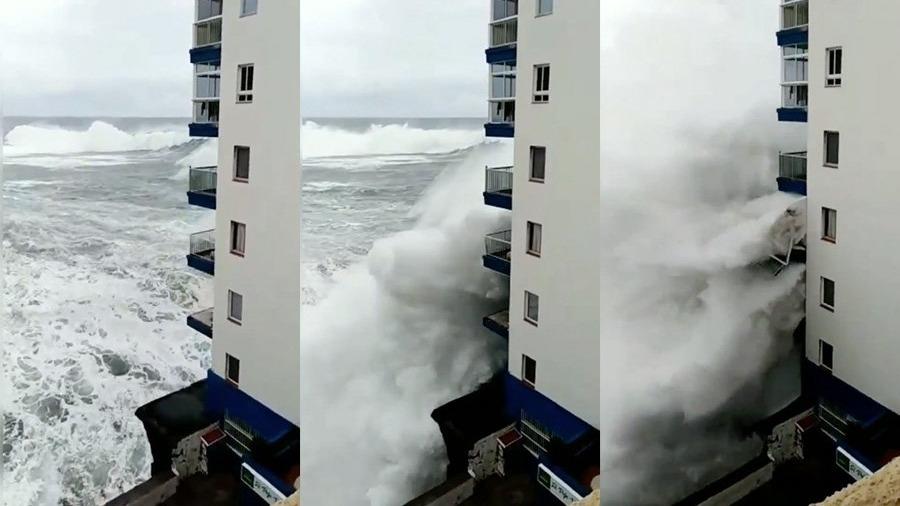 El momento en que las olas destrozaron los balcones.