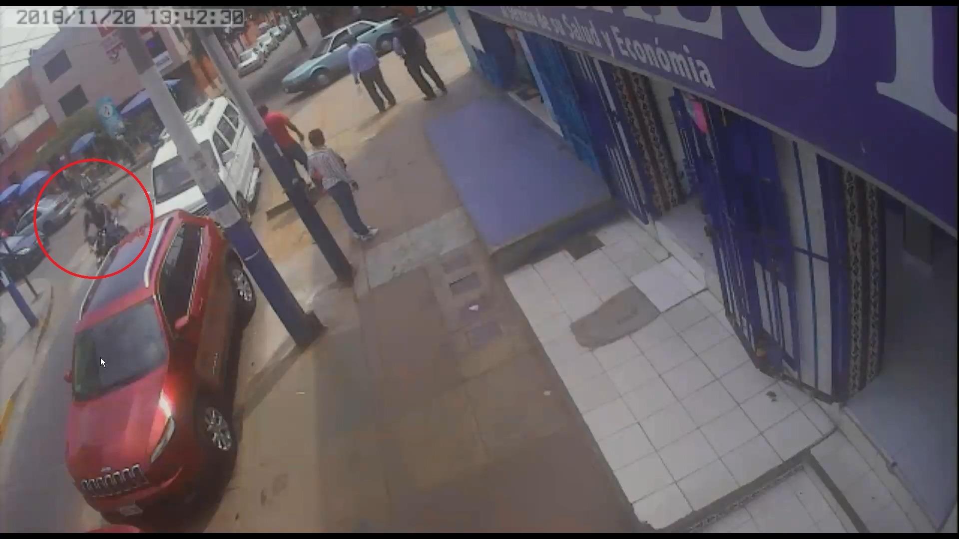 Los delincuentes que huyeron a bordo de una motocicleta lineal fueron capturados en la avenida El Sol del Rímac.