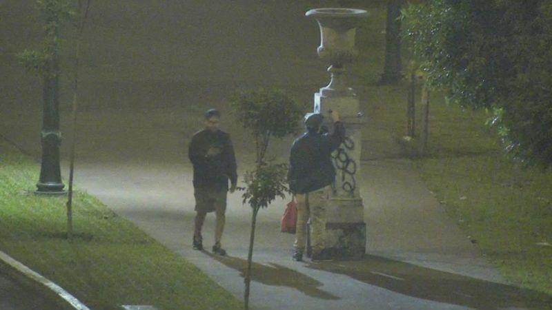 Los vándalos fueron captados por las cámaras de seguridad del distrito.