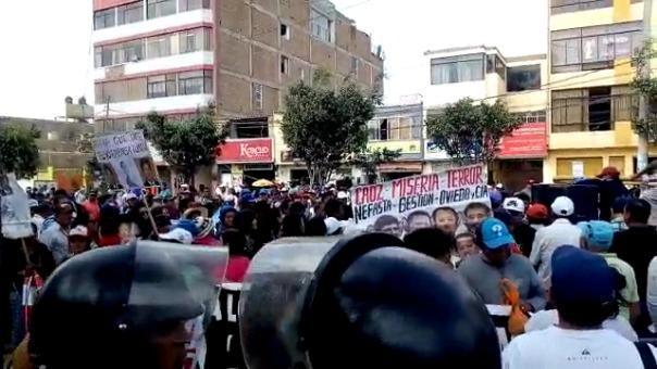 Manifestantes se encuentran fuera del Octavo Juzgado de Investigación Preparatoria de Chiclayo esperando la decisión en contra del empresario.