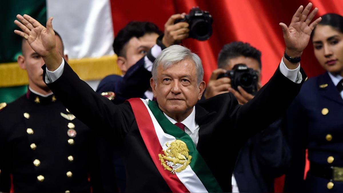 López Obrador saluda al Congreso tras recibir la banda presidencial