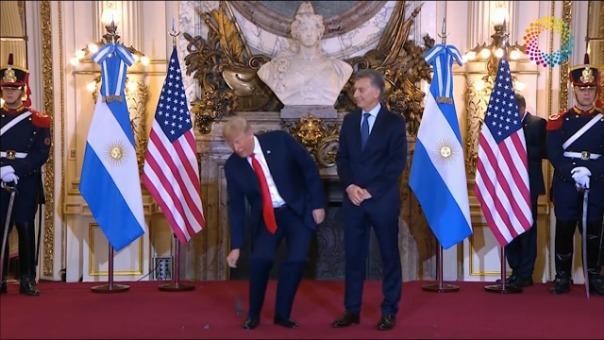 Donald Trump se enojó con traducción y tiró audífono al piso.