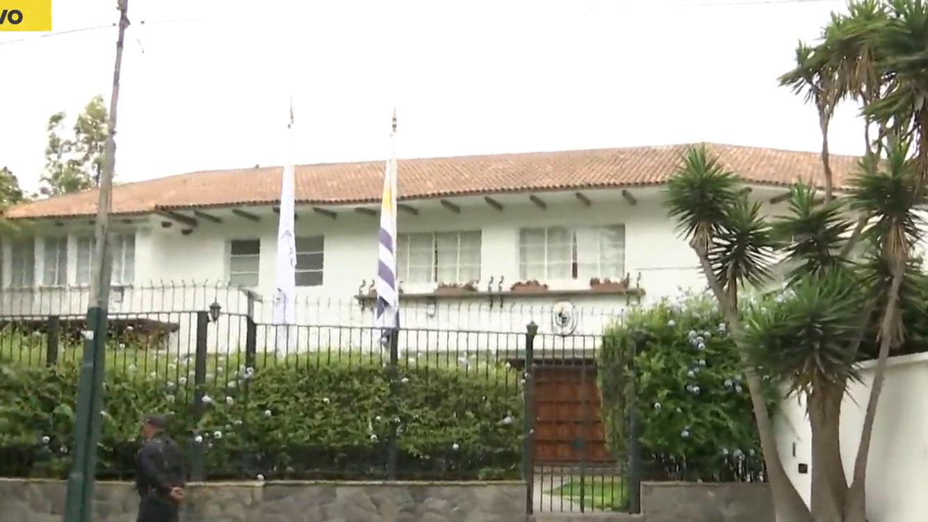 En los exteriores de la embajada aún hay resguardo policial.