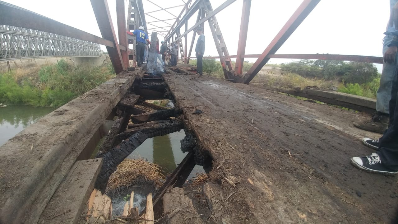Estructura del puente seriamente afectada.