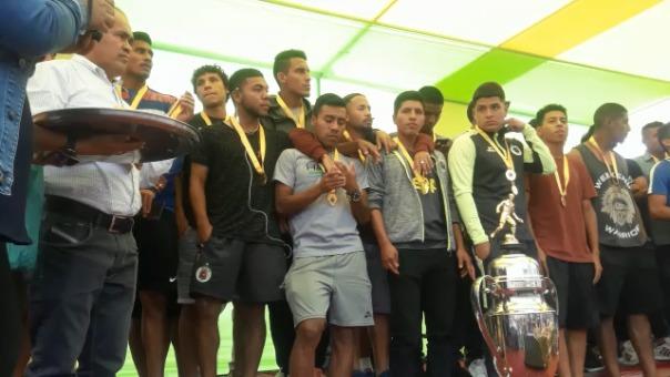 Todo el equipo recibió merecido homenaje en el distrito leonardino que los vi nacer.