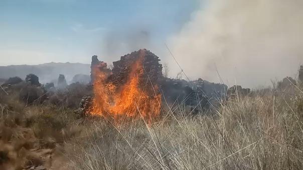 Fuego consume la ciudadela de piedra.