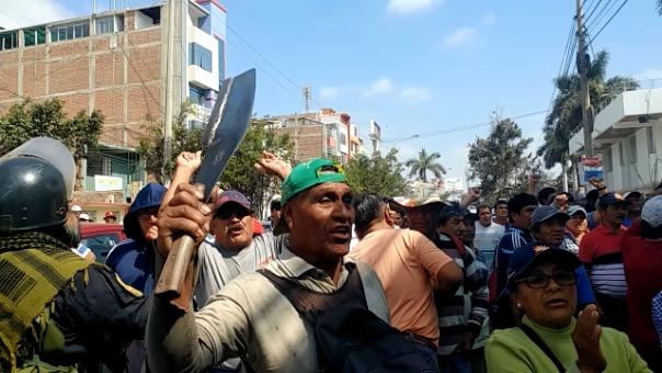 Protesta de trabajadores de empresa Tumán en exteriores de Poder Judicial de Chiclayo.