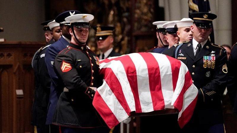 El féretro de Bush será enterrado en su biblioteca presidencial, donde descansan los restos de su esposa y de su hija.