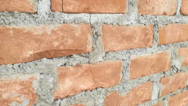 Las paredes están rajadas a un año de su construcción.