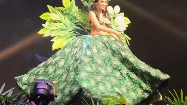 cbdcc17c7 Aquí un ángulo mucho más cercano con detalles del vestido de Romina Lozano  durante el desfile
