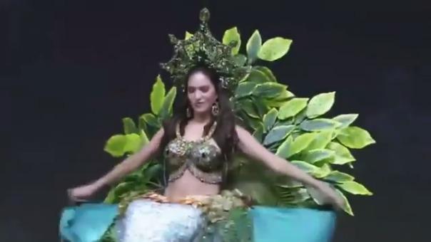 Así fue la participación de Romina Lozano en el desfile de trajes típicos. El detalle de la sirena amazónica se luce al final de la pasarela.