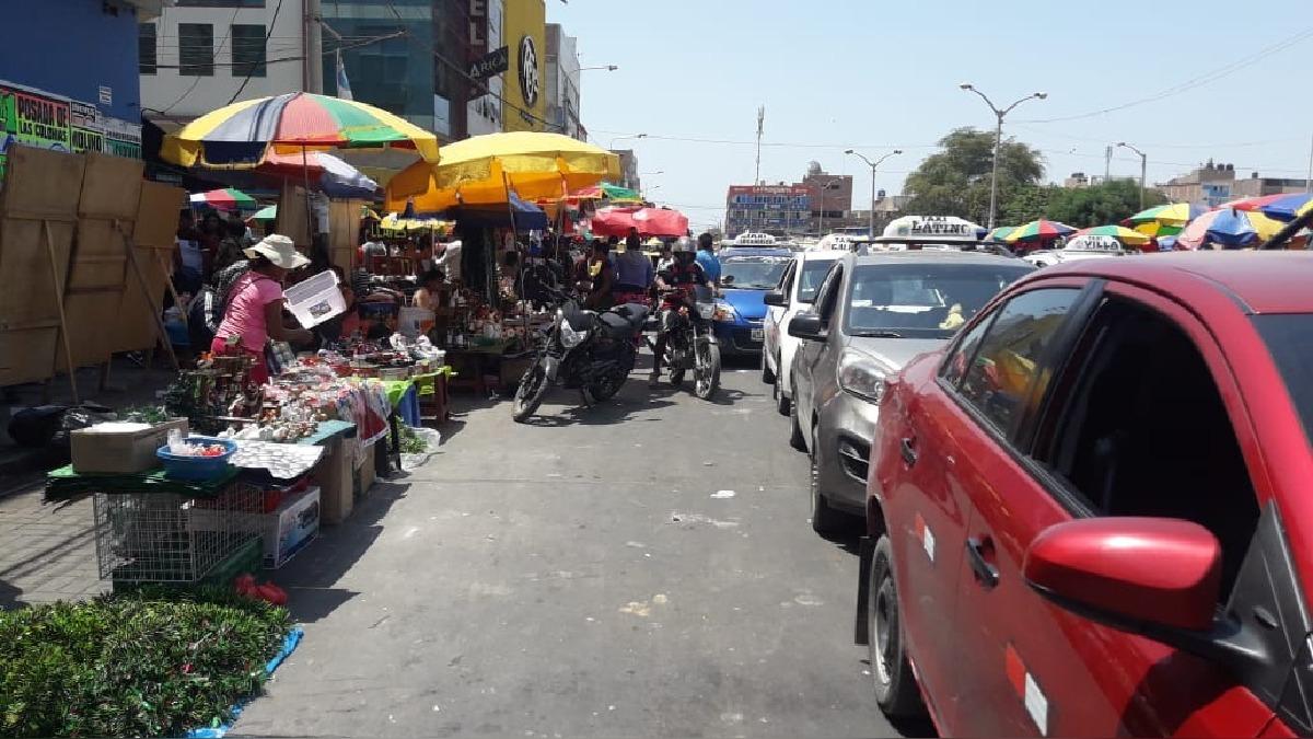 Comerciantes invaden las calles.