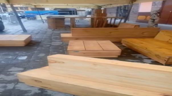 Mesas y muebles de madera, además de toldos y rejillas, ocupan parte de la vía pública en Otuzco.