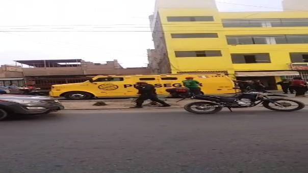 Los delincuentes bajaron de un auto y dispararon contra los agentes que brindaban seguridad al encargado de abastecer un cajero automático dentro de un comercio.