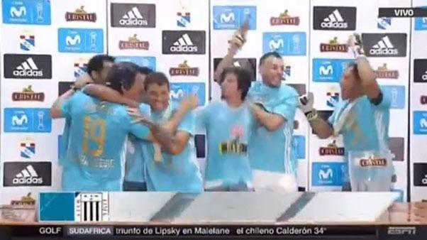 Mario Salas fue bañado en cerveza por sus jugadores.