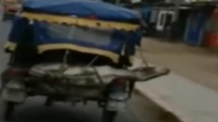Las imágenes muestran el momento exacto en que la mototaxi se desplaza por las calles de la ciudad.