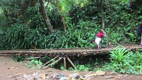 El niño recorre gateando o caminando con sus manos unos seis kilómetros cada día para ir al colegio.