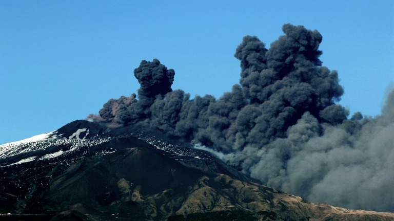El Etna entró en erupción escupiendo una gran columna de ceniza, lo que obligó a cerrar el espacio aéreo circundante.