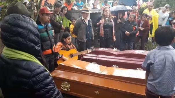 Mujer despidió a su madre y hermano con una canción en idioma quechua.