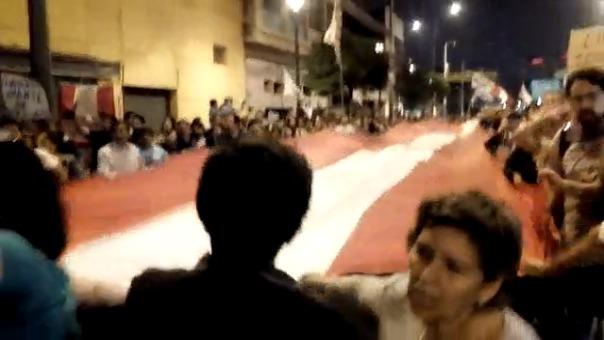 Diversos ciudadanos marchan por las calles de Lima y realizan 'banderazo' para rechazar al fiscal de la Nación.