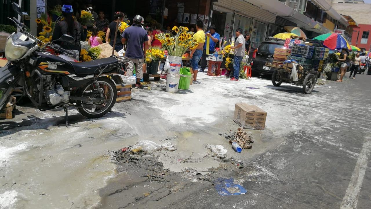 Pestilencia y congestionamiento nen el centro de Trujillo.
