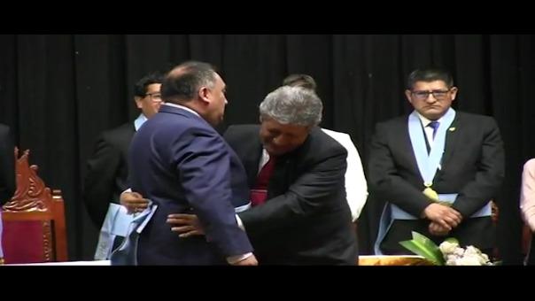 El saliente alcalde de Cajamarca, Manuel Becerra, debía colocar distintivo a su regidor, pero al hacerlo se percataron que no le quedaba, lo que provocó la risa de los presentes.