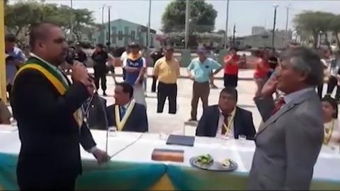 Esta vez en la provincia de Ascope, una autoridad pasa por momento durante ceremonia de juramentación de regidores.