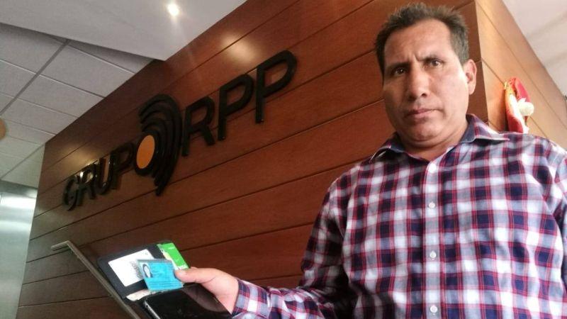 Jesús Toledo Castillo encontró una billetera y un celular en un taxi y ahora busca a la dueña.