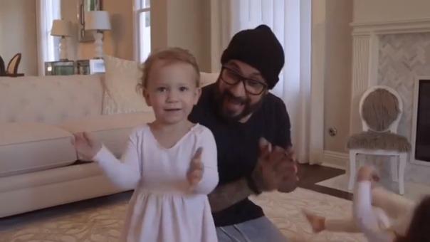 Hijos y esposas de los Backstreet Boys protagonizan el más reciente videoclip del quinteto.
