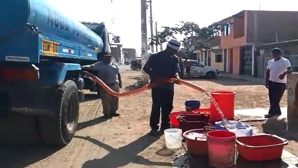 Pobladores reciben agua en cisterna dejando uno o dos días