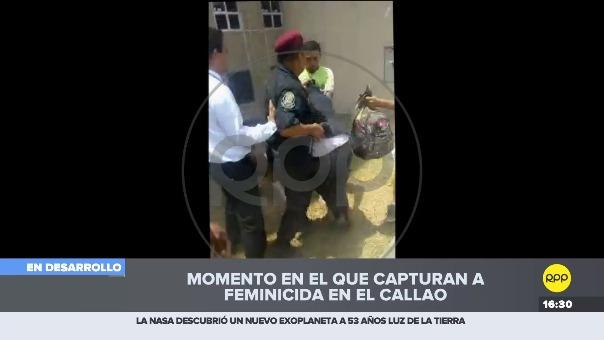 La Policía protege al detenido quien recibió golpes de varias personas.