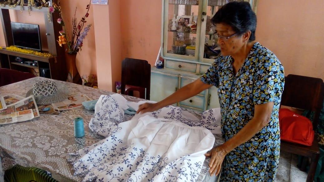 Doña Graciela Azabache muestra una de sus últimas obras a RPP Noticias.