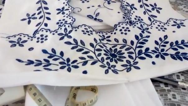 Sus bordados son delicados y hermosos. Todos hechos a mano.