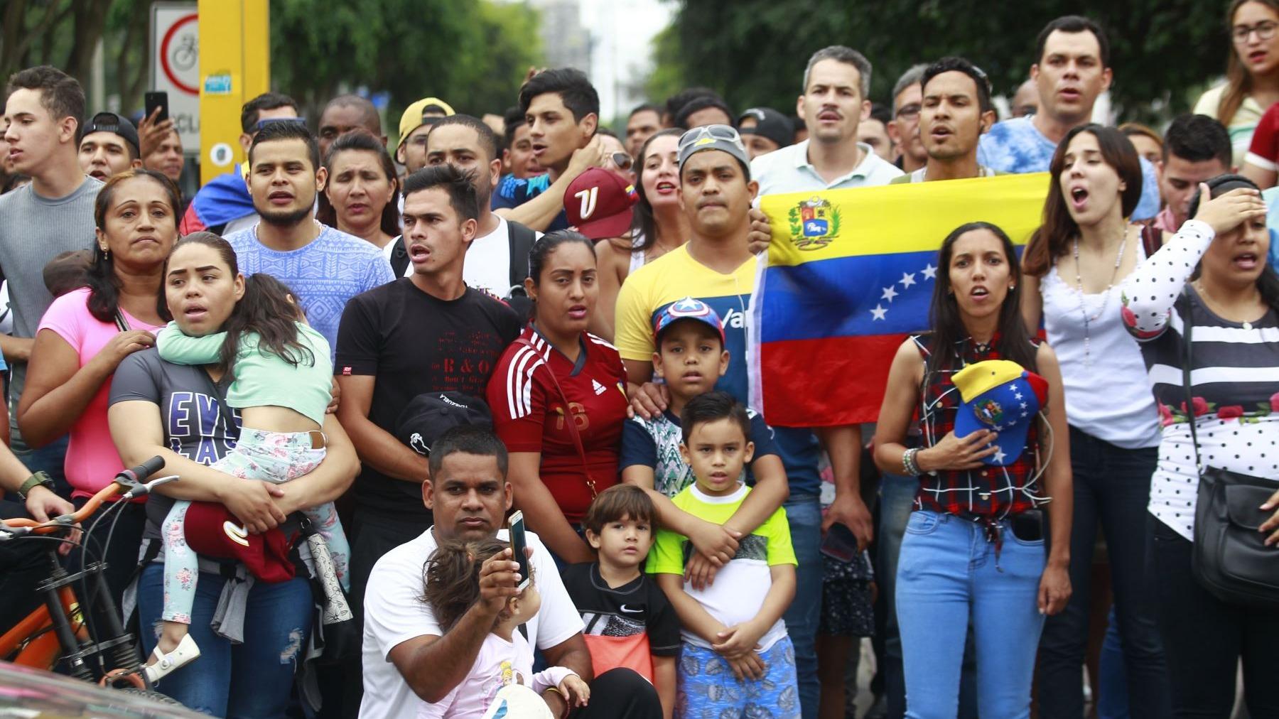 Las protestas frente a la embajadas se dieron desde mediodía.
