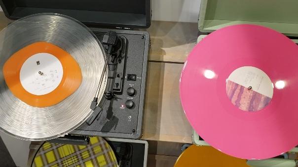 Las compañías discográficas se han sumado a la tendencia sacando al mercado nuevas ediciones de discos clásicos.