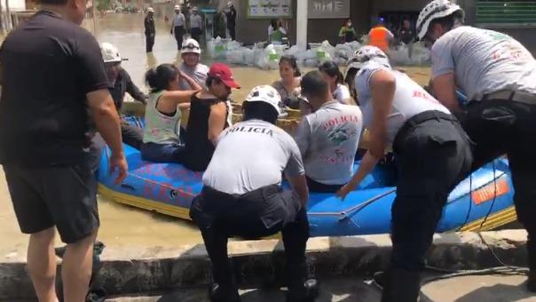 Niños y adultos mayores quedaron atrapados en la zona.