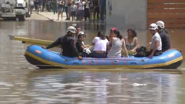 Así rescatan a los vecinos de la zona inundada.