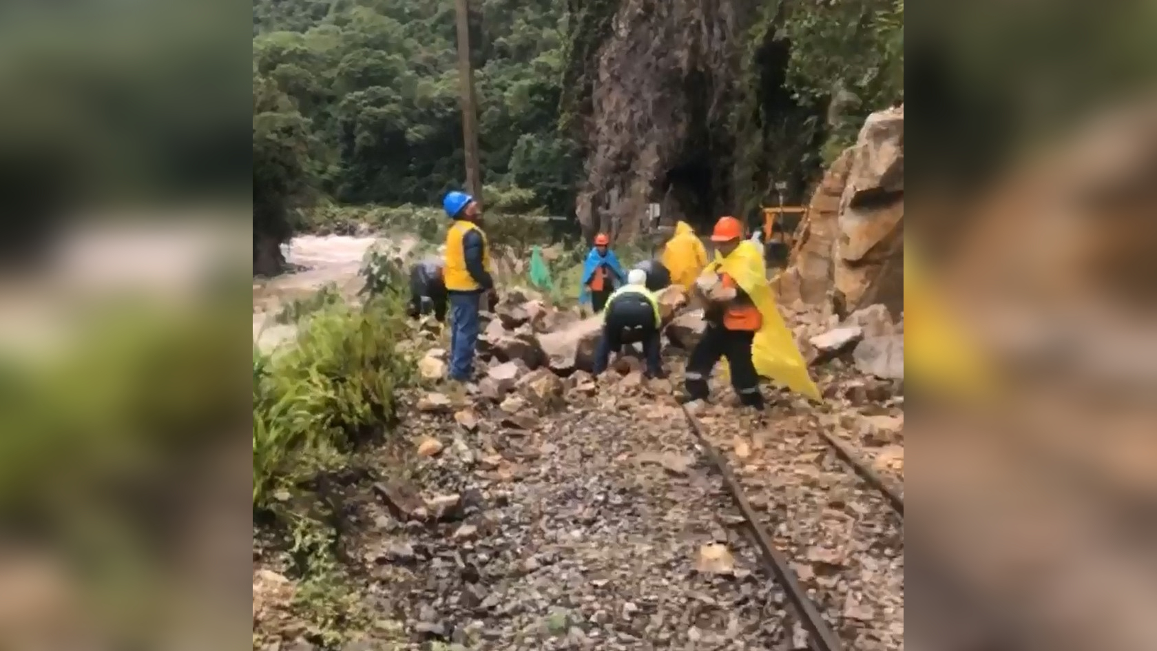 Hay un bloqueo de vías en la ruta Ollantaytambo - Machu Picchu, por deslizamiento de rocas.