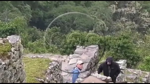 Robert de Niro visitó Machu Picchu pese a intensa lluvia.