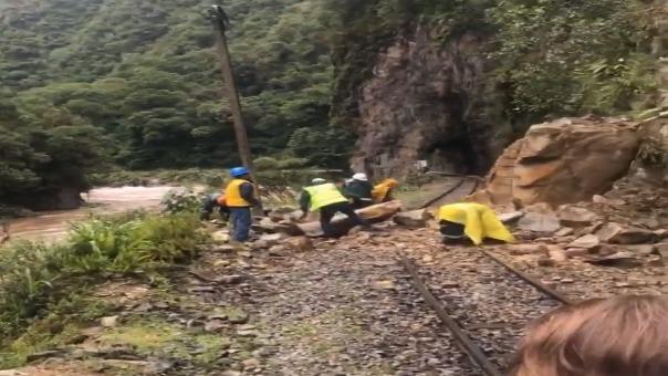 El derrumbe de rocas se registró en el kilómetro 108 del sector  de Cedrobamba.
