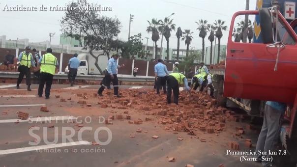 Fueron integrantes de la brigada de Rescate de Surco quienes atendieron la emergencia a fin de restablecer la circulación de los vehículos en transitada vía.