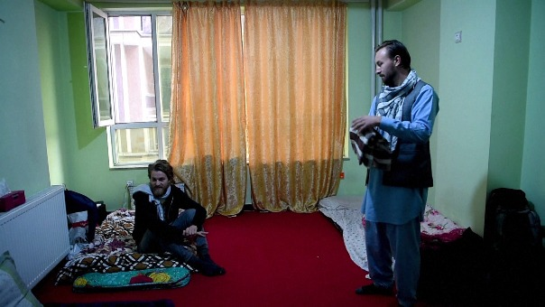 Ciaran Barr y Jorn Bjorn Augestad comenzaron su semana de vacaciones en Afganistán en Mazar-i-Sharif, gran ciudad del norte, desde donde viajaron con un chófer a Kabul, 400 km al sur, pasando por Kunduz, una provincia donde los combates entre talibanes y fuerzas de seguridad son tan habituales como mortíferos.