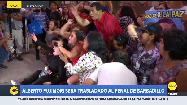 Los seguidores de Alberto Fujimori se sentaron en la vía para impedir que el carro que trasladará al exmandatario a prisión salga.