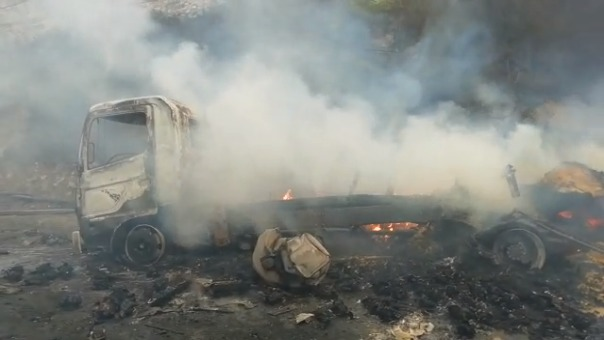 Así quedaron los vehículos tras ser consumidos por el fuego en la Carretera Central.