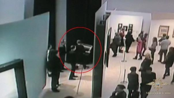 Un hombre robó una pintura en un museo de Moscú.
